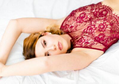 Erotische Aufnahmen mit schöner Frau im roten Oberteil