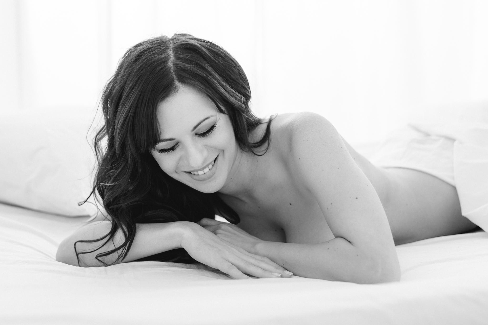 Schöne Frau beim Boudoir-Shooting fotografiert in schwarz-weiß