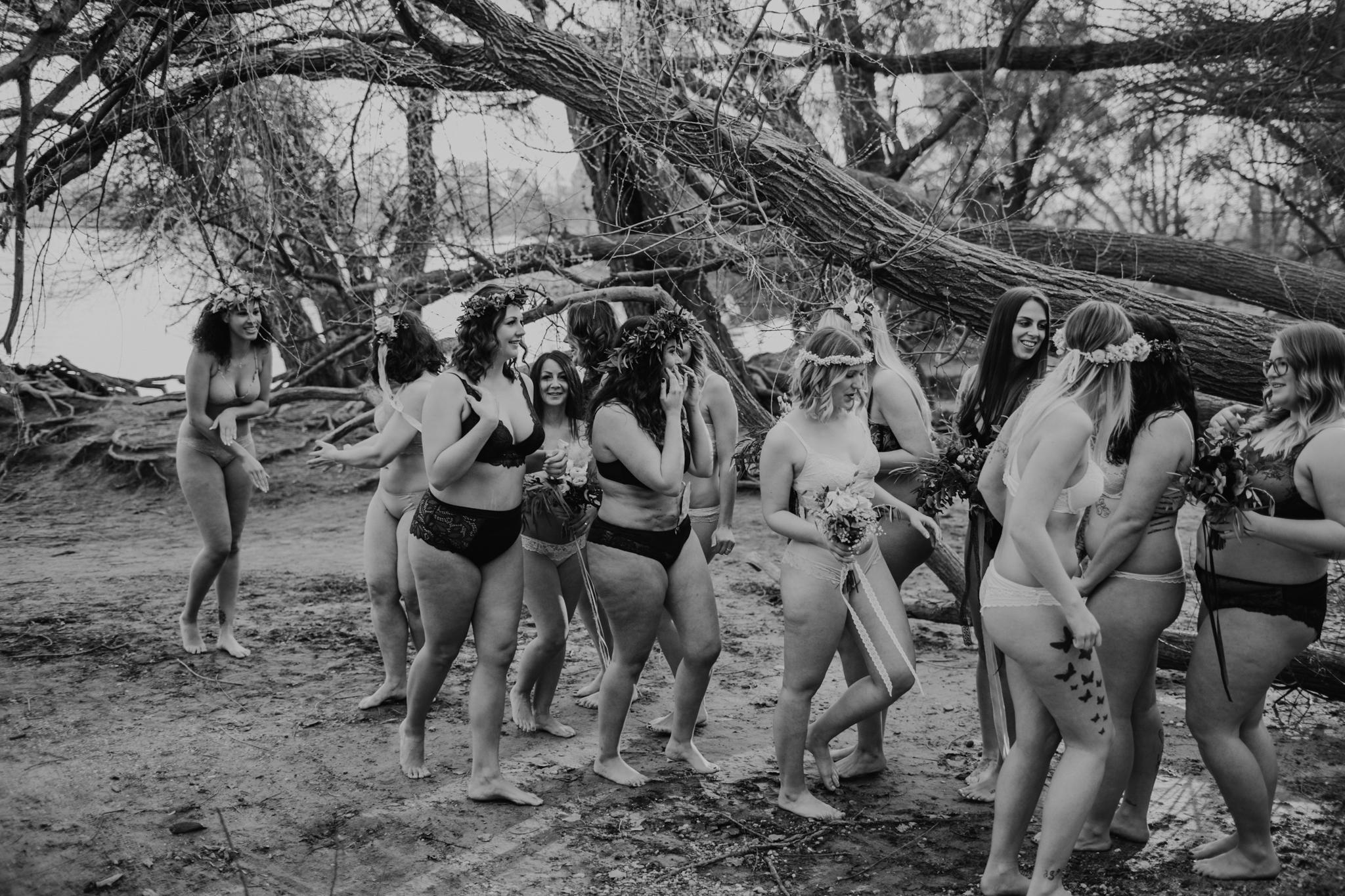 Wunderschöne unterschiedliche Frauen in Unterwäsche an einem See in Mannheim
