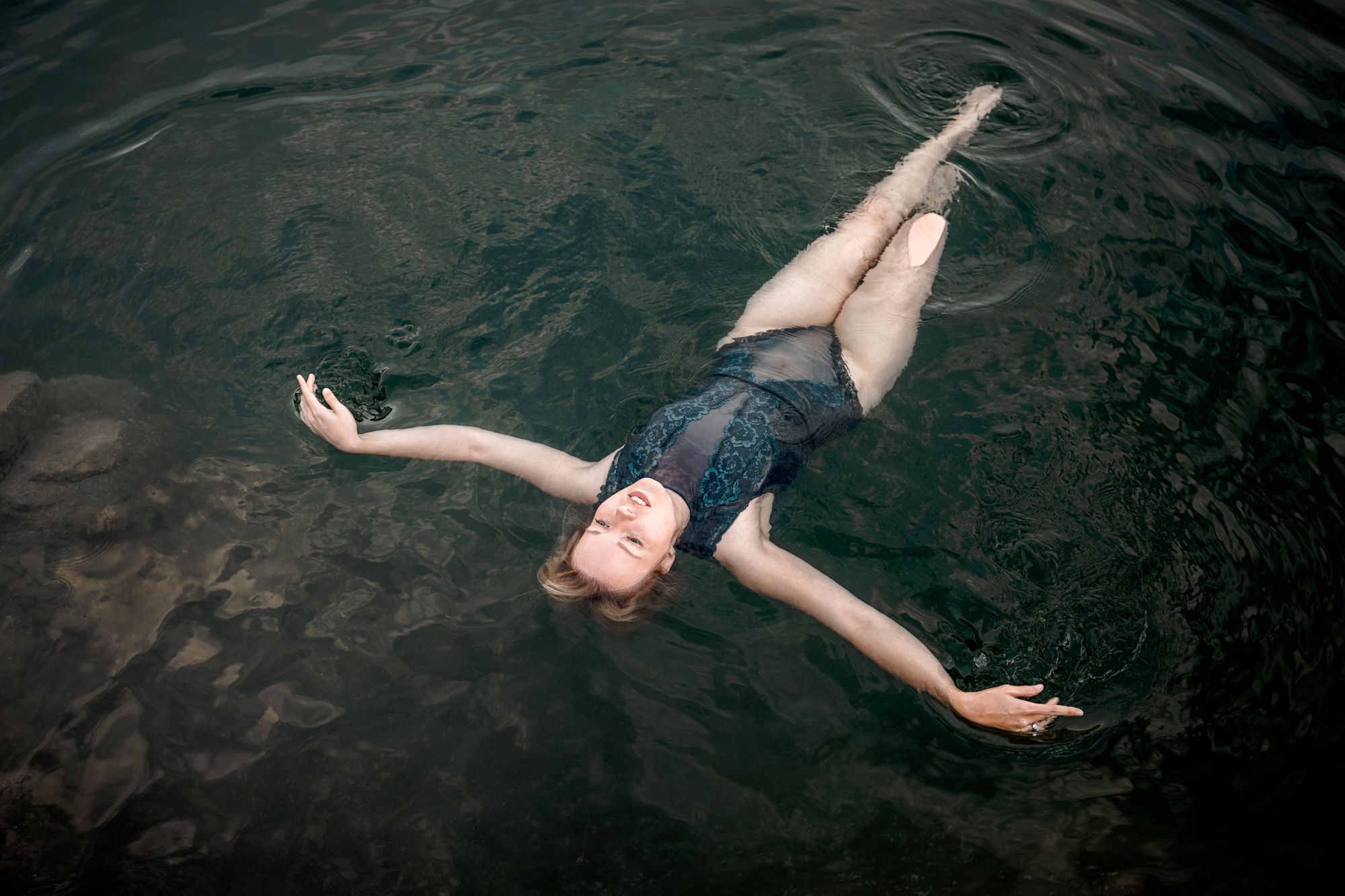 Sinnliches Boudoir-Shooting im Wasser mit blauen Dessous am Hennesee im Sauerland