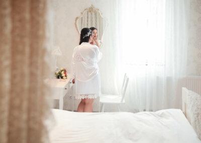 Sinnliche Bridal Boudoir Aufnahmen im Hotelzimmer von deunkelhaariger Braut