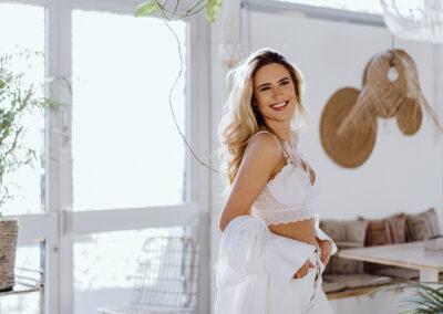 Frau in weißer Wäsche beim Boudoir-Shooting