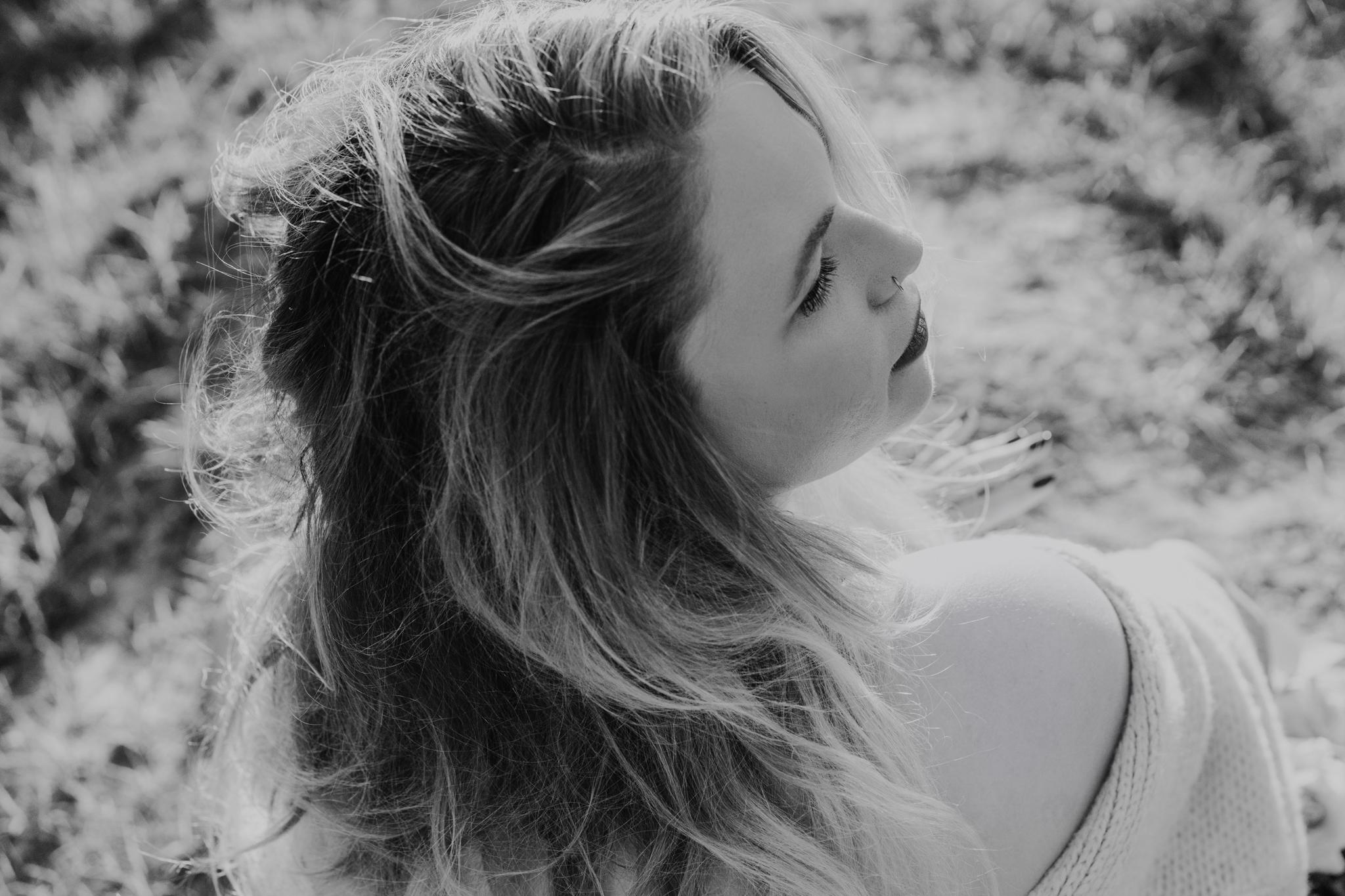 Portrait-Bild einer schönen Frau mit offenen Haaren und Blick zur Seite geneigt