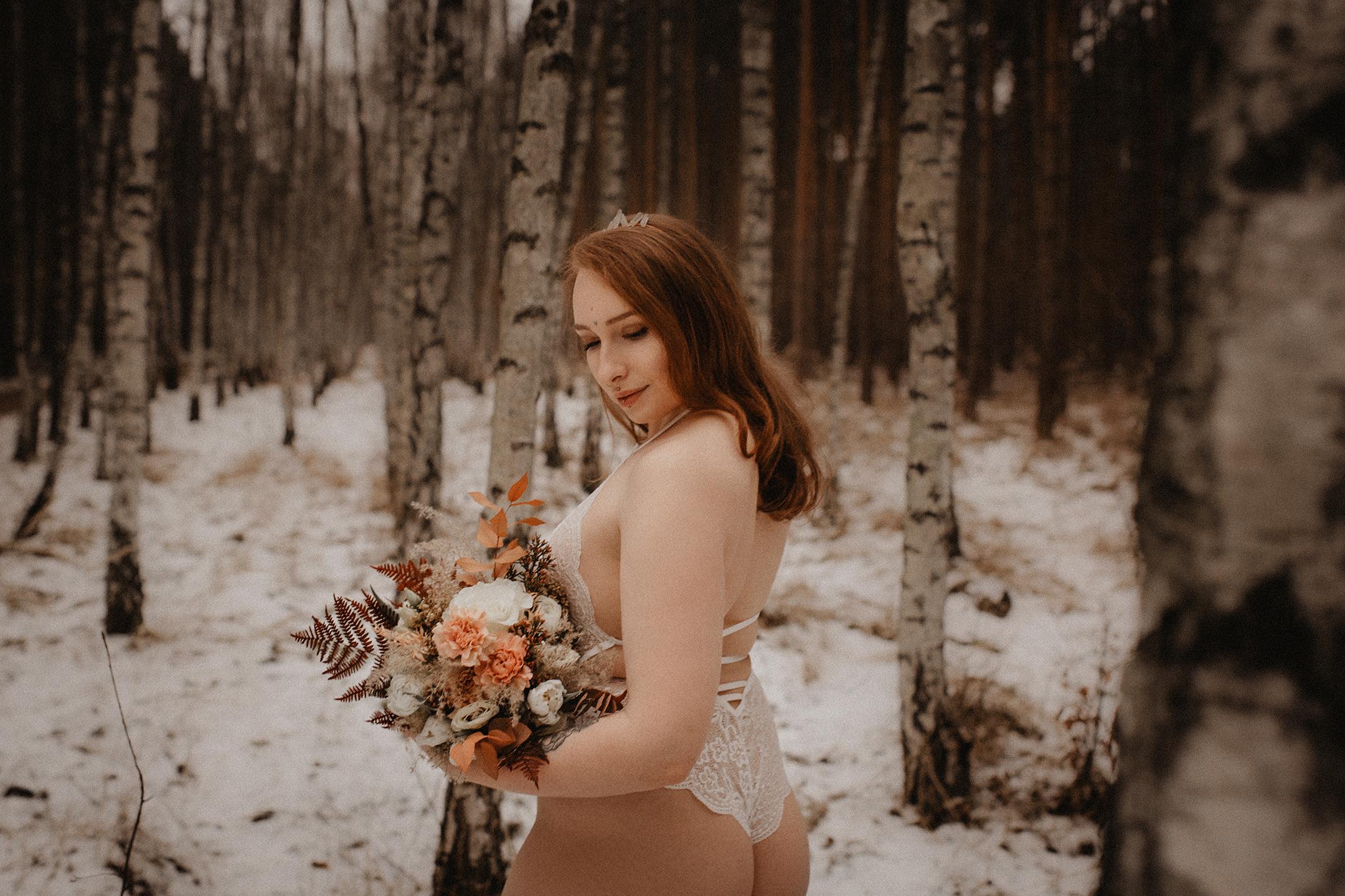 Schwangerschafts-Bilder im zarten rosanen Kleid und Unterwäsche