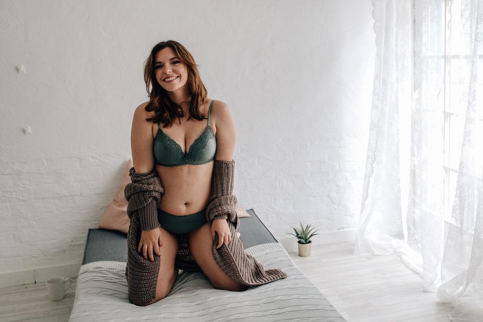Sieben schöne Frauen von hinten fotografiert in Unterwäsche