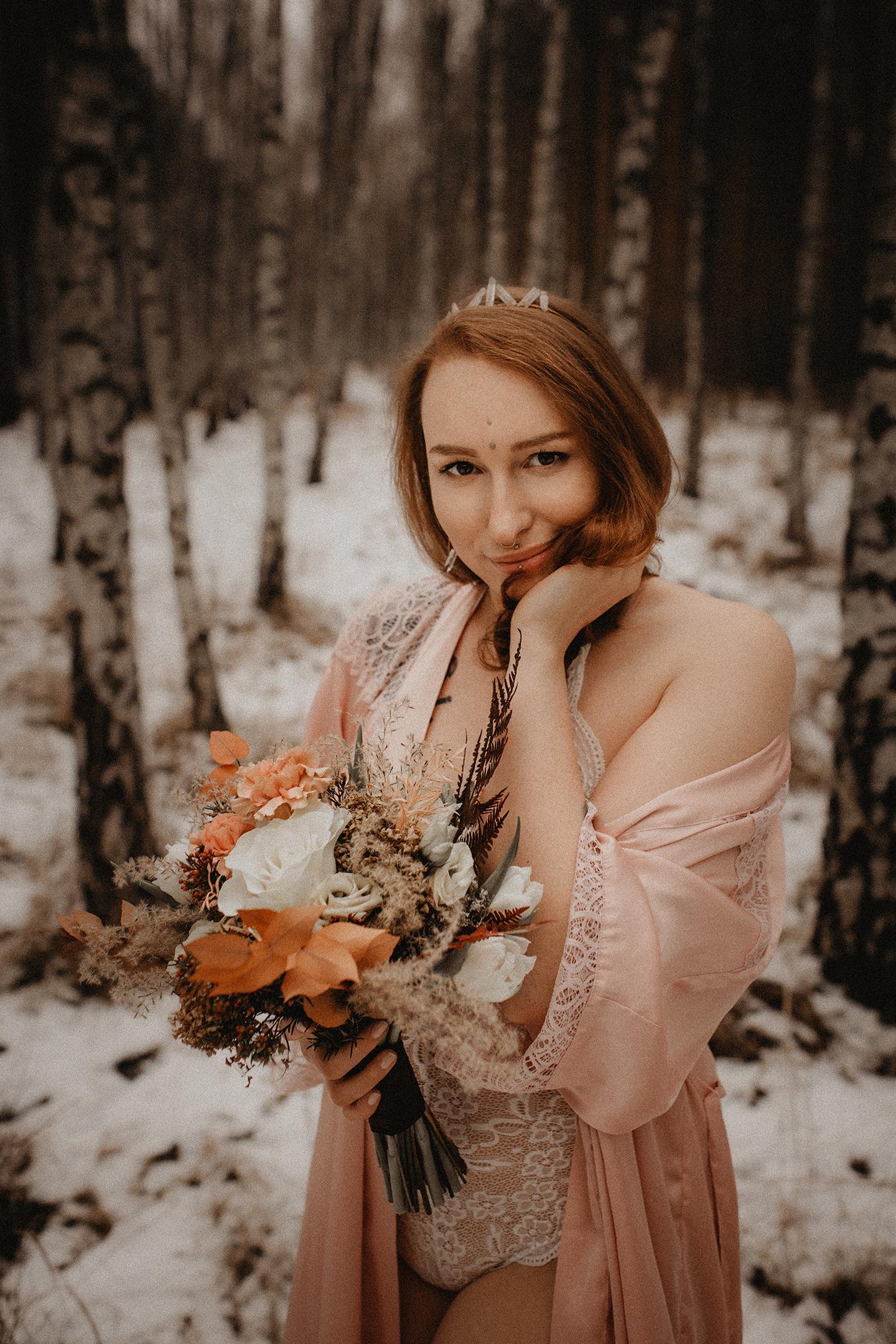 Lächelnde Frau auf einer Düne