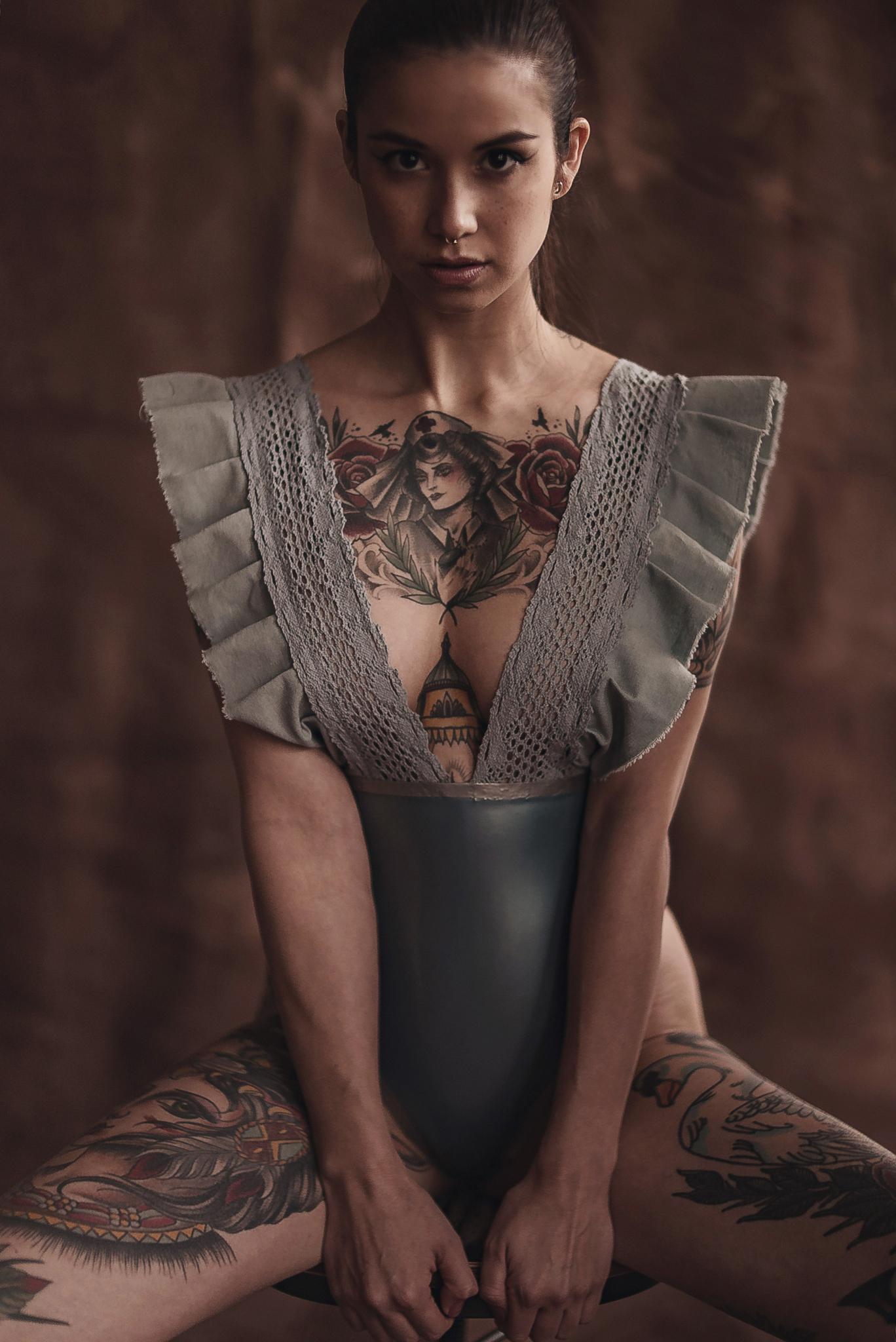 Schwarz-weißes Akt-Portrait einer liegenden Frau