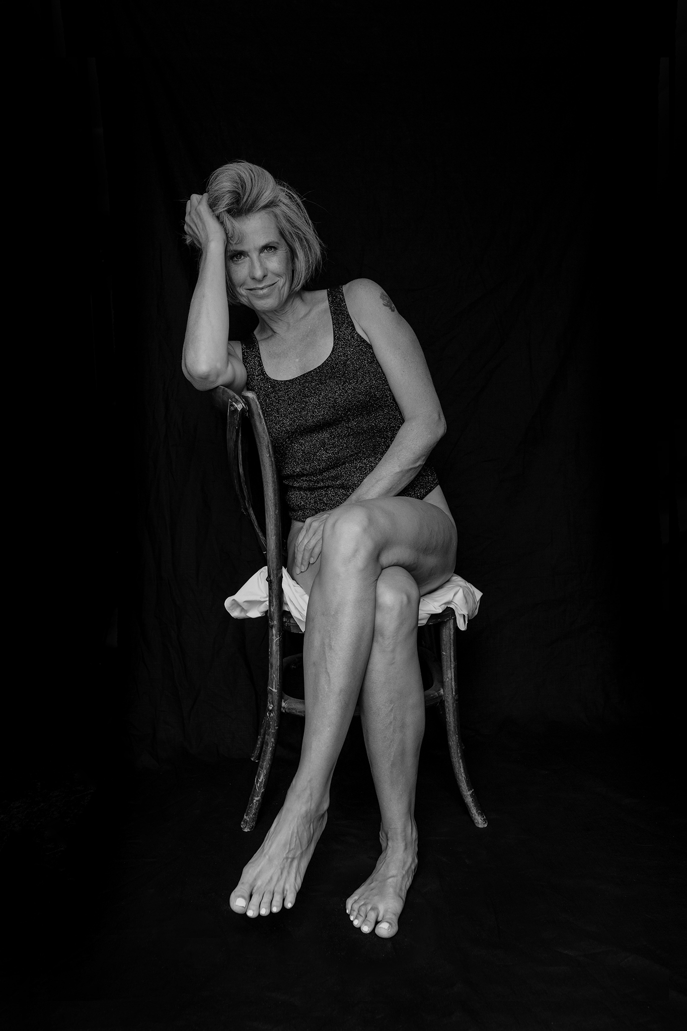 Strahlende Frau im Sitzen fotografiert